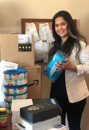 Leneide, mãe de Isabela ajuda na organização das encomendas.