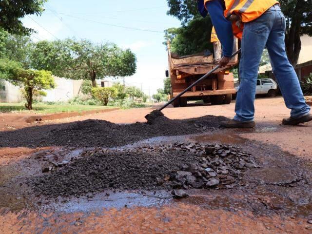 Equipe tapa buraco em Dourados, mas serviço é insuficiente e ruas continuam intransitáveis (Foto: A. Frota/Divulgação)