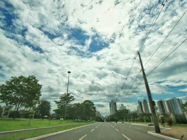 Céu com nuvens em Campo Grande nesta segunda-feira (Foto: André Bittar)