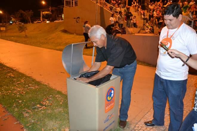 Wilson demonstra como ficou fácil a retirada dos sacos de lixo. (Foto:Pedro Peralta)