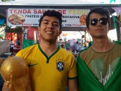 Vestidos a caráter, torcedores lamentam empate na estreia da seleção brasileira