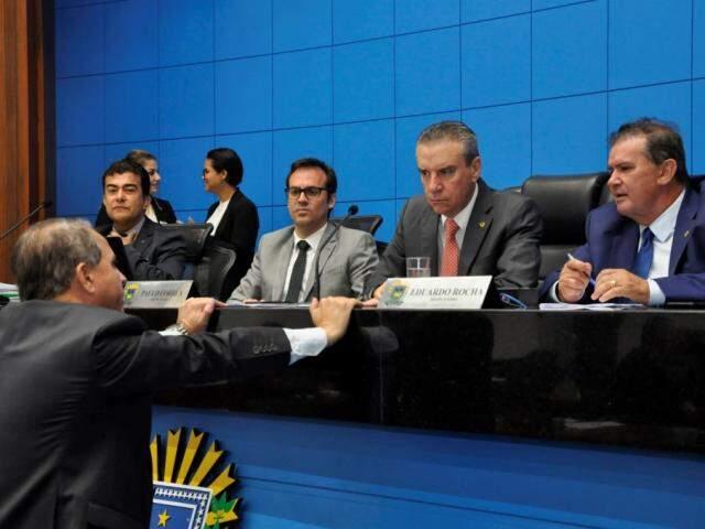 Na mesa diretora: deputados Marçal Filho (PSDB), Paulo Corrêa (PSDB), Eduardo Rocha (MDB). Em pré em frente a mesa, Coronel David (PSL), durante sessão (Foto: Assessoria/ALMS)