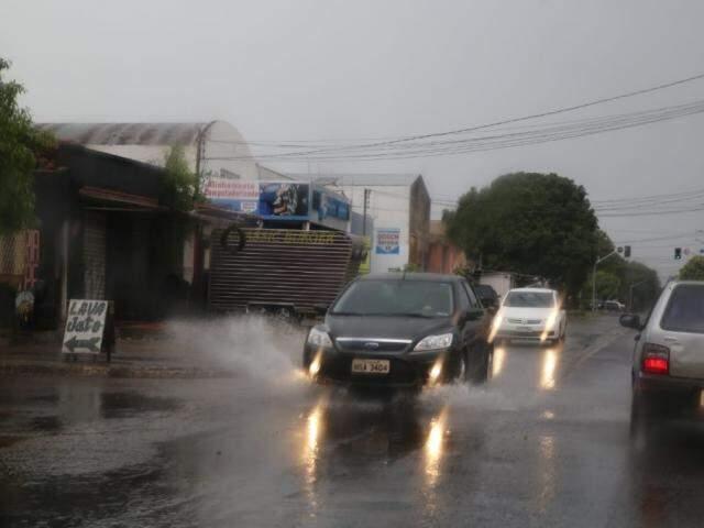 Campo Grande já registrou chuva neste sábado. (Foto: Henrique Kawaminami)