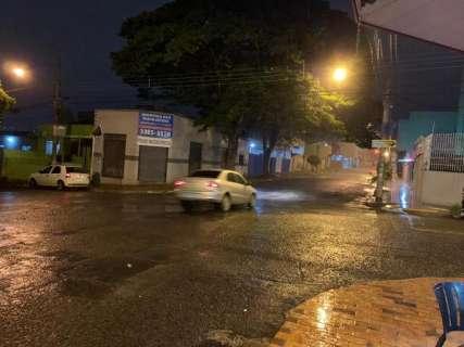 Chuva chega acompanhada de trovoadas em alguns bairros da Capital