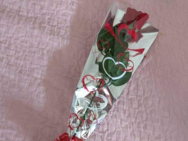 Fabiana não quer aparecer, mas mostra a rosa vermelha que ficou da homenagem.