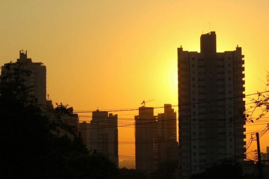 Sol nesta manhã mostra que terça-feira em Campo Grande será de bastante calor: 35ºC. (Foto: André Bittar)