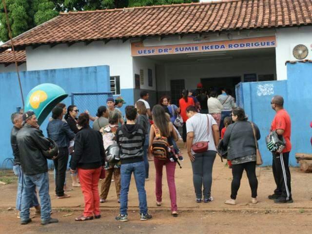 Moradores ficaram por horas na fila para marcar exames e consultas (Foto: Saul Schramm)