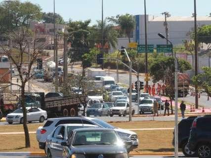 Semáforos de rotatória são ligados e funcionam como teste, diz prefeito