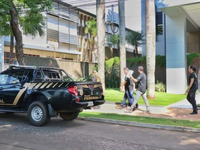 Agentes da Polícia Federal saindo do prédio da Fiems (Federação das Indústrias em Mato Grosso do Sul), nesta terça-feira. (Foto: Henrique Kawaminami)