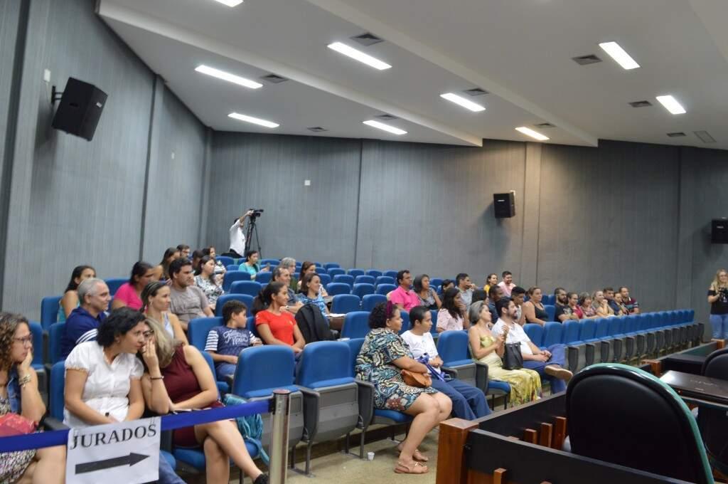 Os casais interessados em adotar participaram da oficina no plenário do Fórum (Foto: Alana Portela)