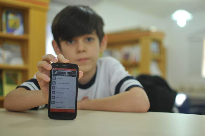 Fabrício mostra o aplicativo que eles criaram sobre os vereadores de Campo Grande (Foto: Alcides Neto)