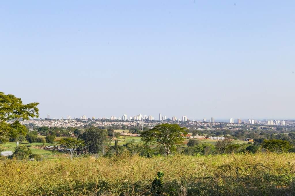 No mirante, que nada tem a ver com estrutura montada em local elevado, a gente avista a parte norte de Campo Grande (Foto: Kisie Ainoã)