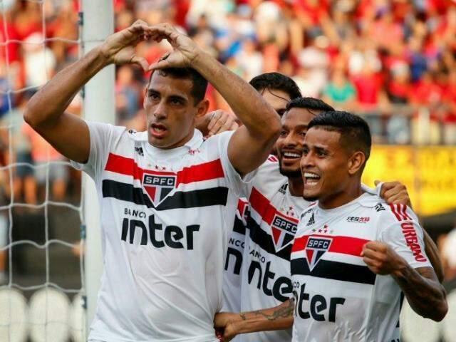 Diego Souza comemora primeiro gol do São Paulo na Ilha do Retiro (Foto: Divulgação)