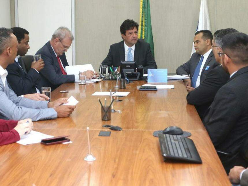 No meio, ministro da Saúde, Luiz Henrique Mandetta. À esquerda, o secretário de Saúde de MS, Geraldo Resende, e, à direita, Marcelo Vilela, secretário de Campo Grande. (Foto: Divulgação/Assessoria).
