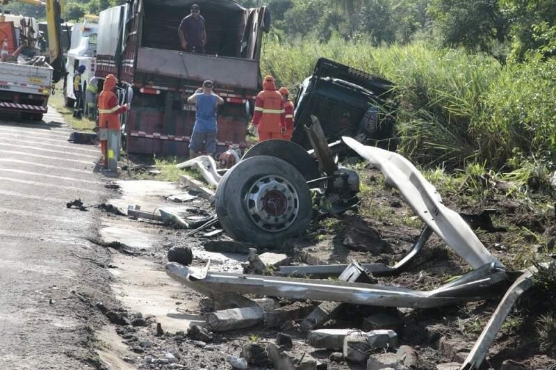 Com a batida, a carreta teve a cabine arrancada e foi parar na lateral da pista. Motorista saiu ileso. (Foto: PC de Souza/ Edição de Notícias)