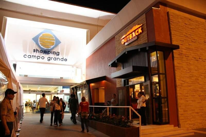 Espaço entre a entrada do shopping e restaurante será coberto com toldo para abrigar outras poltronas de espera.