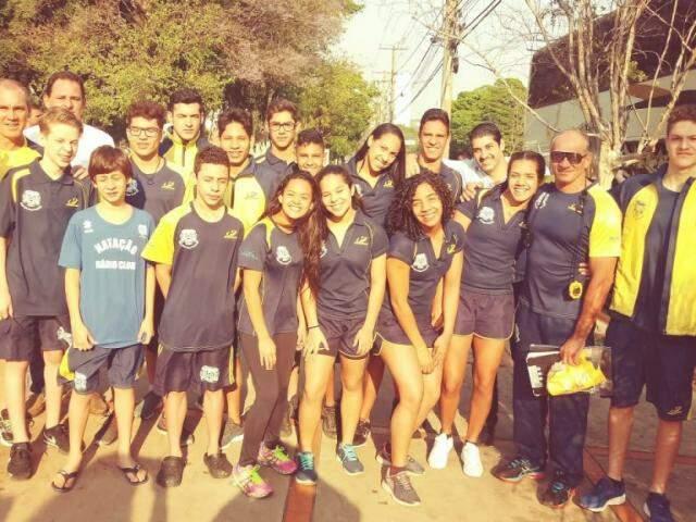 Os 25 atletas de Campo Grande ao lado dos técnicos que acompanharam equipe na competição (Foto: Divulgação)