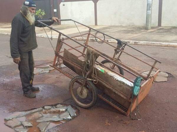 Catador de sucata tapando buracos no Bairro Universitário (Foto: Direto das ruas)