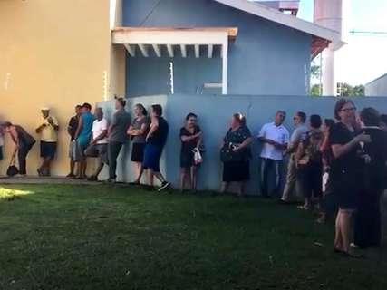 Primeiras horas de vacinação contra a gripe têm fila em posto de saúde