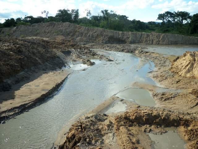 A empresa estava construindo um estaleiro sem permissão ambiental, em aproximadamente cinco hectares em área de preservação permanente. (Foto: divulgação/Ibama)