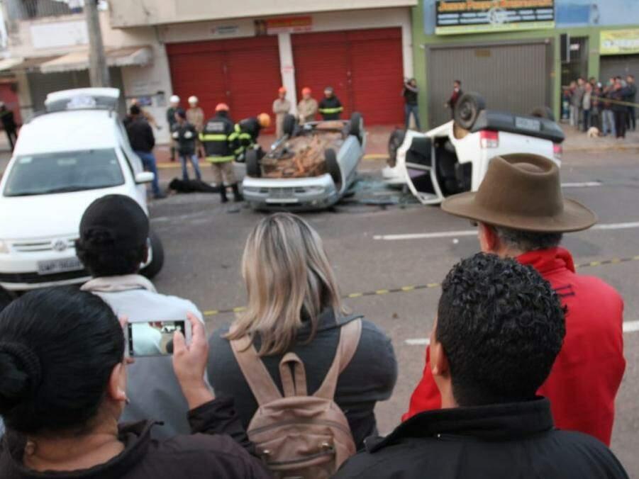 A colisão foi tão forte que os dois veículos capotaram (Foto: Saul Schramm)