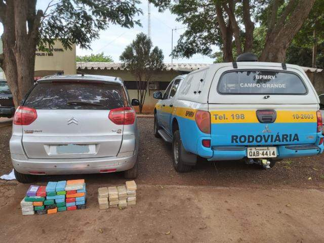 Tabletes de cocaína encontrados no veículo. (Foto: Divulgação/PMR)