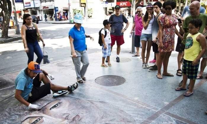 Público impressionado com o trabalho de Kevin no Lardo do Machado no Rio de Janeiro. (Foto: Guito Moreto / Agência O Globo)