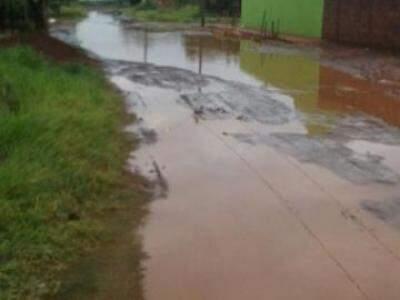 Ruas do bairro, como a Engenheiro Edno Machado, ficam tomadas pela lama (Foto: Direto das Ruas)