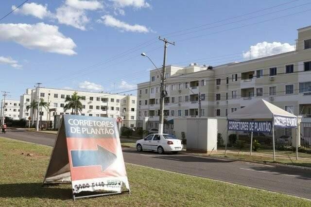 Corretores de plantão em frente a residencial da Capital. (Foto: Arquivo/Campo Grande News)