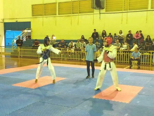 Lutadores em disputa por competição estadual (Foto: Divulgação)