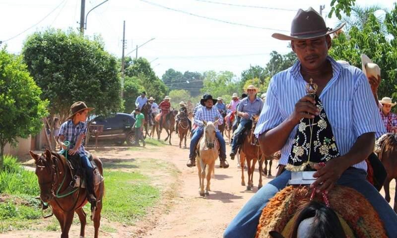 Fiéis seguem a cavalo até uma capela construída em uma chácara às margens da rodovia (Foto: Lucia Marta de Lira / arquivo pessoal)