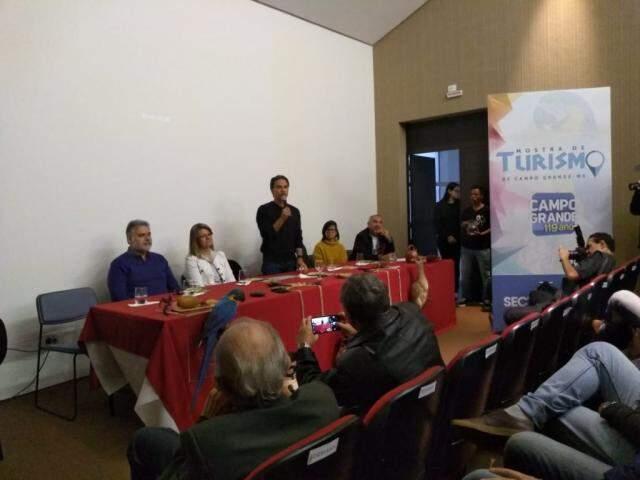 Prefeito, em pé, discursa durante Mostra de Turismo em Campo Grande (Foto: Kleber Clajus)