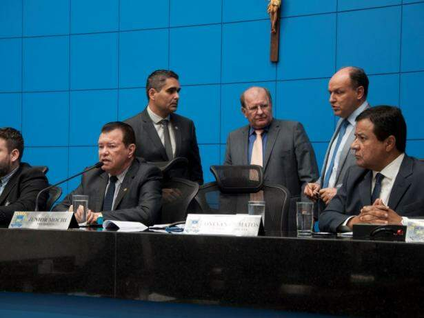 Da esquerda à direita, deputados Maurício Picarelli (PSDB), Herculano Borges (SD), Enelvo Felini (PSDB), Junior Mochi (MDB) e Amarildo Cruz (PT). Foto: Luciana Nassar/ALMS).