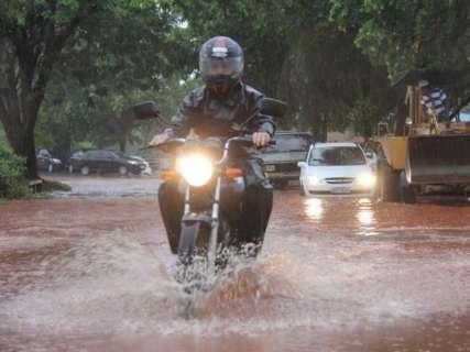 Capital registrou queda de 106 raios e ventos de 71 km/h durante temporal