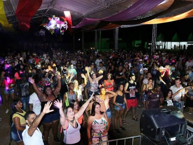 Foliões de Três Lagoas durante baile de carnaval ontem (2) (Foto: Divulgação)