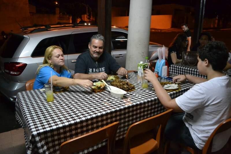 A família Amorim frequenta o restaurante há mais de 20 anos.