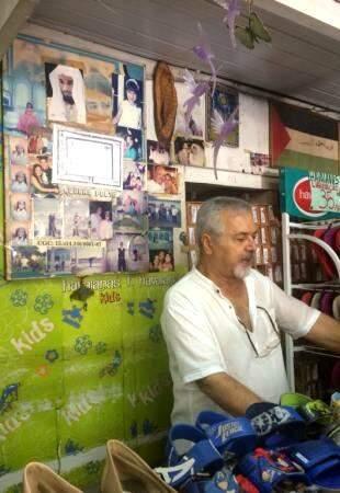 Seu Ali, o dono, abre diariamente a loja antiga da Calógeras.