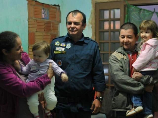 Na tarde de terça-feira, Rosângela agradeceu pessoalmente o policial que salvou a vida da filha. (Foto: Alcides Neto)