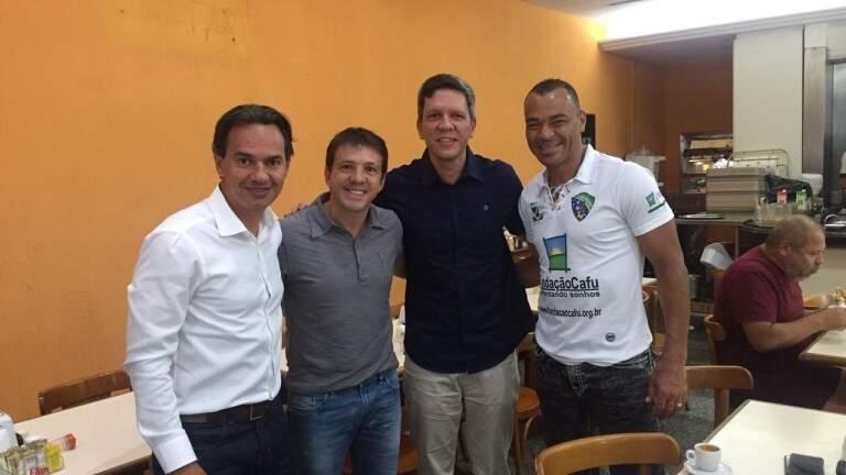 Marquinhos Trad, Juninho Paulista, Rodrigo Terra e Cafu em recente visita do prefeito à sede da Fundação Cafu, em São Paulo (Foto: Divulgação/Prefeitura)