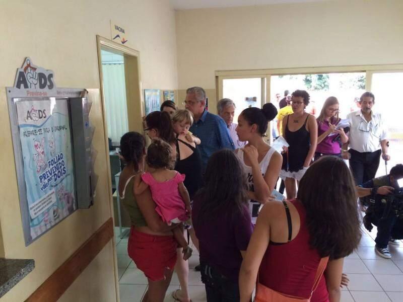 Fila em frente a sala de vacinação contra a gripe no CRS (Centro Regional de Saúde) do bairro Tiradentes (Foto: João Humberto/Arquivo)