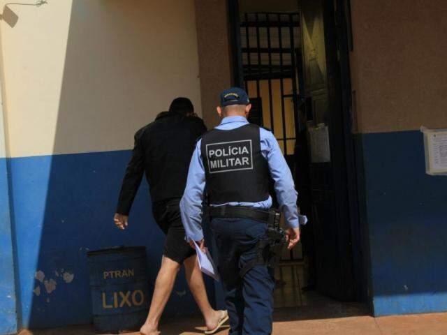 Detido em operação chegando no presídio na manhã desta quarta (Foto: Marina Pacheco)