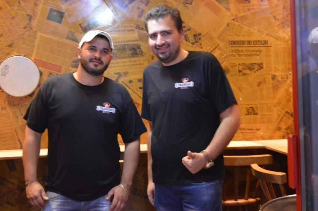 Assef e Antônio são primos e juntos tocam o Frangão Beer há cerca de um ano. (foto: Thaís Pimenta)