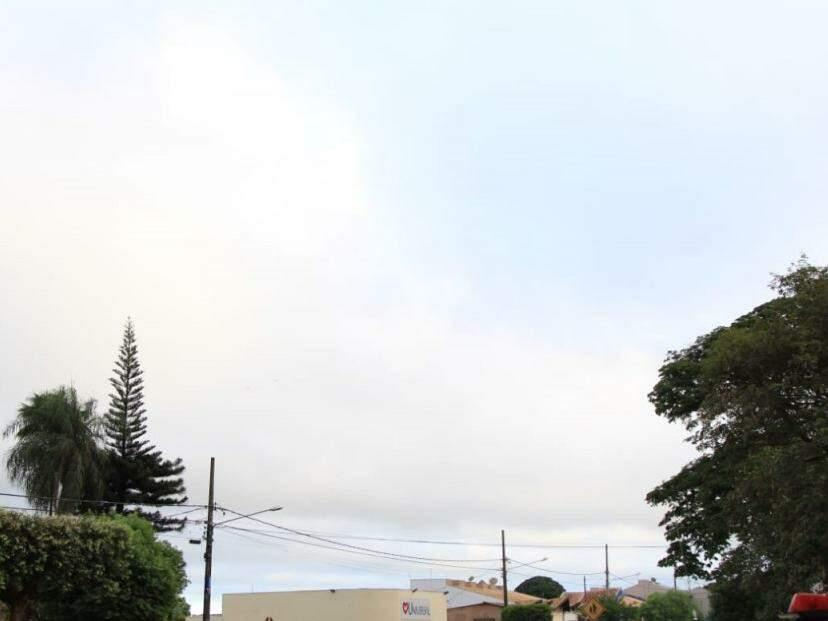 O dia na capital sul-mato-grossense amanheceu com céu nublado (Foto: Marina Pacheco)