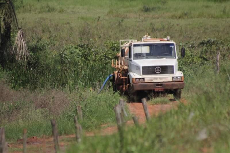 Um caminhão da Solurb estava com um cano no açude, mas não se sabe se estava captando água, ou liberando algum dejeto. (Foto: Marcos Ermínio)