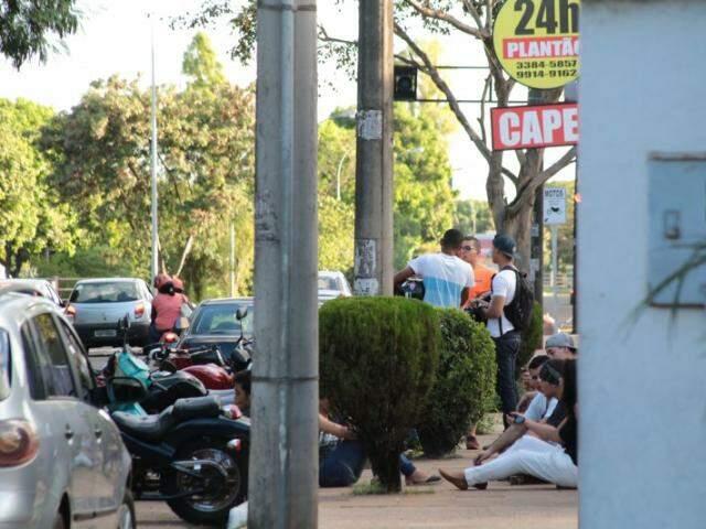 Amigos e familiares da vítima foram ao velório se despedir pela última vez de Victor (Foto: Marcos Ermínio)