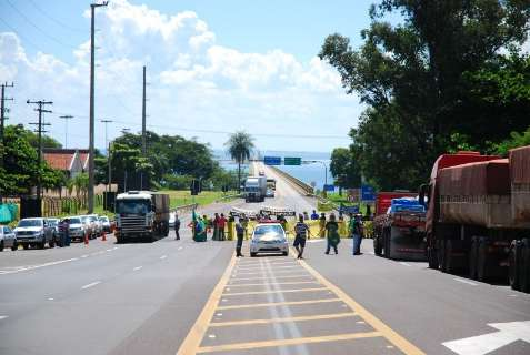 BR-267 é liberada, mas manifestação continua de forma pacífica