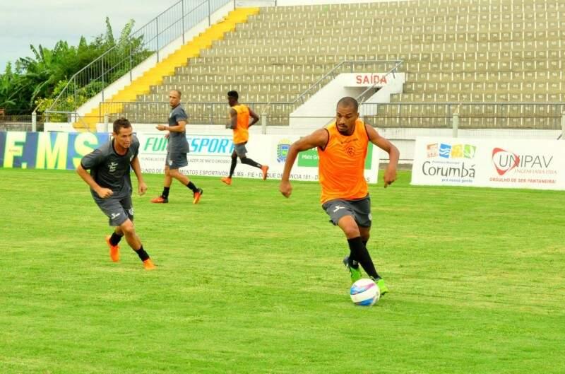 Corumbaense treina no Estádio Arthur Marinho, onde manda seus jogos pelo Estadual. O desafio agora é contra o melhor time do campeonato por uma lugar na final (Foto: Corumbaense/Divulgação)