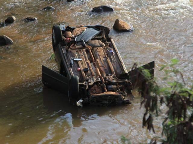 Carro conduzido por Cleber Marinho ficou com as quatro rodas viradas para cima (Foto: Marina Pacheco)