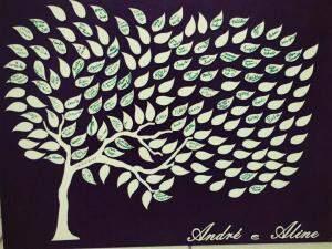 A árvore que, para Aline, representa amigos e família, e fez parte da decoração do casamento. (Foto: Acervo Pessoal)