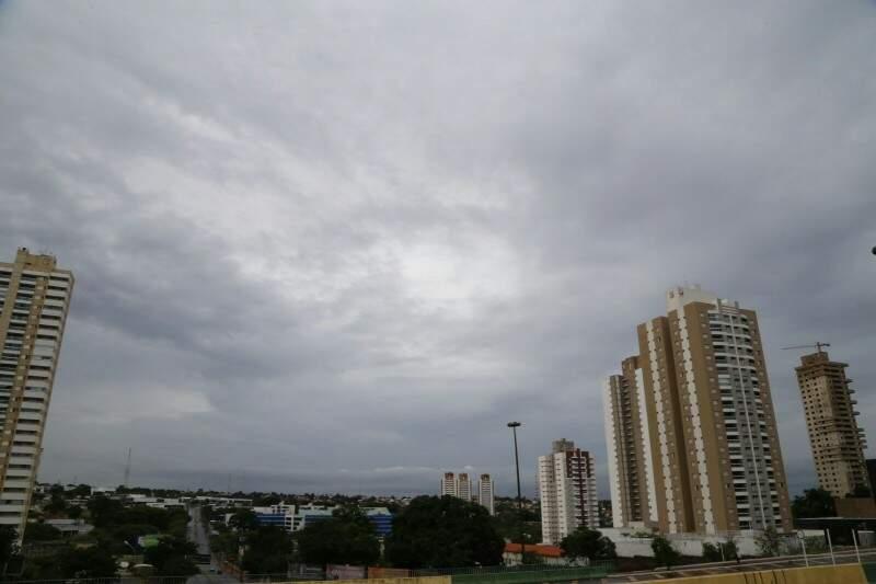 Céu em Campo Grande na manhã deste sábado (Foto: Gerson Walber)